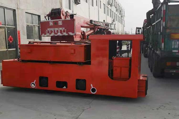8T电瓶车动力是利用牵引电机驱动车轮zhuan动,借助车轮与轨面间的摩擦力,使在轨道上运xing