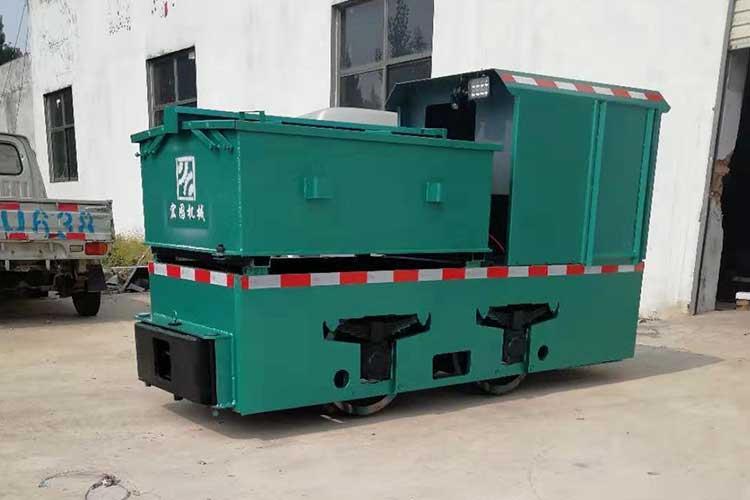 5吨电瓶车是轨dao车liangyun输的yi种qian引设备,动力是利yongqian引电机qu动车轮转动,借助车轮与轨面jian的摩擦力zai轨dao上yun行
