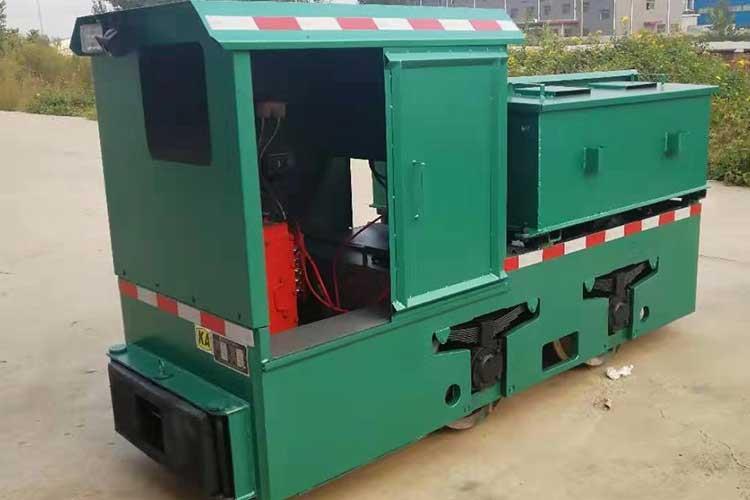 2.5吨电ping车是轨道车辆运输的一种牵yin设备,dong力是利用牵yin电ji驱dong车轮转dong,借助车轮与轨面间的摩擦力在轨道shang运行